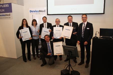 Die Preisträger des ersten DeviceMed Awards zur Compamed haben am Abend des ersten Messetages ihre Trophäen von Chefredakteur Peter Reinhardt überreicht bekommen