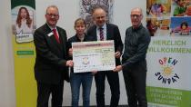 5000 Euro für Kindersport am Sonntag (von links: Harald Stollmeier (Novitas BKK), Sophie van de Sand, Prof. Dr. Ulf Gebken und Detlef Hellmers (Stiftung Gesundheitsservice)
