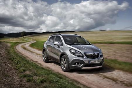Kraftvoll voraus: Der Opel Mokka mit neuem 1,6-Liter-Turbodiesel ist in Kombination mit manuellem Sechsgang-Getriebe sowohl für Front- als auch für Allradantrieb erhältlich. Außerdem gibt es den frontgetriebenen Diesel mit Sechsgang-Automatik