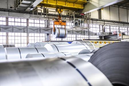 Vom Coil zum fertigen Auto: Los geht's im Presswerk des Rüsselsheimer Werkes, eine Coil genannte Stahlrolle wiegt bis zu 20 Tonnen