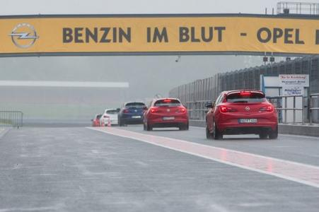 """Mit dem Branding der Brücke über die Start-/Zielgerade der Rennstrecke in Oschersleben überraschte das Rüsselsheimer Unternehmen seine Fans: """"Benzin im Blut - Opel im Herzen"""""""