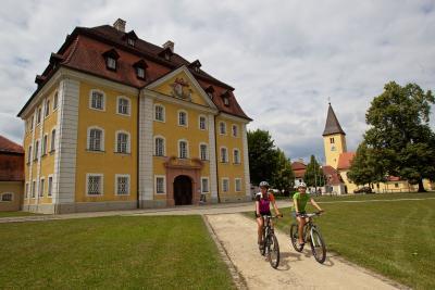 Radler vor dem Hammerschloss in Theuern /Stefan Gruber