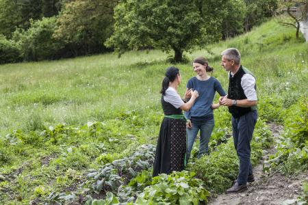 Stefan Fauster und seine Frau Ruth im Gespräch mit einer ihrer nachhaltigen Lieferanten