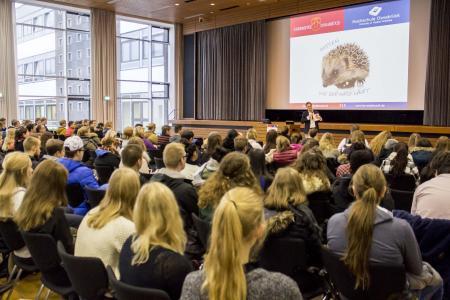 Prof. Dr. Andreas Betram begrüßt die zahlreichen Studieninteressierten auf dem diesjährigen Hochschulinformationstag in der Aula am Westerberg