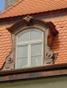 Die aus Sicht des Denkmalschützers gelungene Sanierung eines histo-rischen Daches mit allen Details