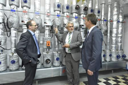 AOK Vorstand Olaf Woggan erläutert Umweltsenator Dr. Joachim Lohse und Werkstatt Bremen Geschäftsführer Ahlrich Weiberg die Klimaschutzmaßnahmen in der Steuerungszentrale.