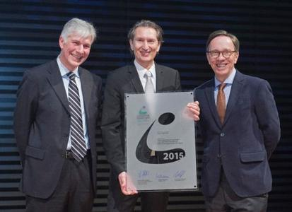 """Preisverleihung in Leipzig: Jury-Chef Prof. Dr. Wolfgang Stölzle (links) und VDA-Vorsitzender Matthias Wissmann (rechts) überreichen Michael Scholl, Director Supply Chain bei Opel, den """"VDA-Logistik-Award 2015"""""""