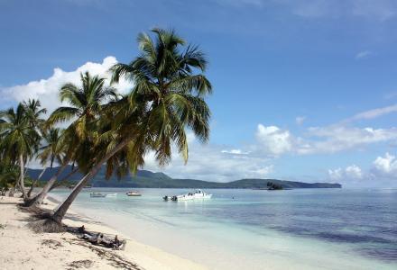 Ein Strandbild aus der Dominikanischen Republik, aufgenommen in Samaná