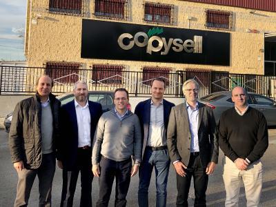 Mit dem Kauf von Copysell verstärkt Onlineprinters seine Präsenz in Spanien. Roland Keppler (2.v.r.), CEO von Onlineprinters, und Dirk A. Müller, (3.v.r.), CFO von Onlineprinters, begrüßen die Geschäfsführer von Copysell in der Unternehmensgruppe: Francisco Cembranos (1.v.l.), CCO Jose Antonio Baro (3.v.l.), CEO, und Alberto Fernandez (1.v.r.), CFO. Die Integration in die Onlineprinters-Gruppe verantwortet Ralf Schraud, bei Onlineprinters auch verantwortlich für den Digitaldruck sowie den LFP-Bereich. Copyright: Onlineprinters GmbH