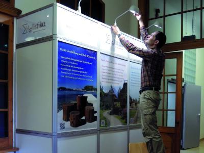 Auf Gesundheitsmessen bewirbt Holistika Reiki-Seminare im In- und Ausland sowie Reisen zu den Palmblattbibliotheken.