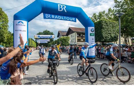 Begeisterter Empfang für die mehr als 1.500 aktiven Radler  auf der Schlussetappe der 30. BR-Radltour am Ziel in Bad Füssing. Foto: obx-news/ BR/Philipp Kimmelzwinger