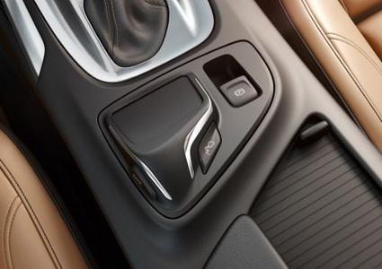 Berührungsempfindlich: Eine völlig neuartige Möglichkeit, schnell und intuitiv auf das Infotainment-System des neuen Opel Insignia zuzugreifen, bietet das ergonomisch optimal in die Mittelkonsole integrierte Touchpad
