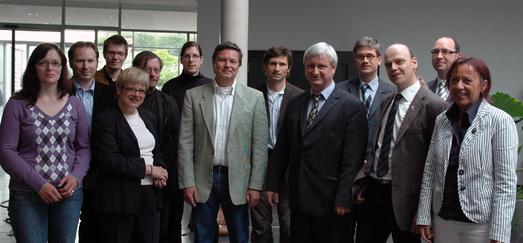 Zur Auftaktveranstaltung des eLCC beglückwünschten auch T. Möller-Walsdorf (2.v.l.), Referent des Niedersächsischen Ministeriums für Wissenschaft und Kultur und FH-Vizepräsidentin Prof. Dr. M. Rehn (l.) das Team des neuen Kompetenzzentrums.