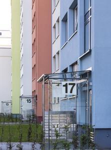 Markant und gut sichtbar sind die Eingangssituationen gestaltet. Durch die wechselnden Farbakzente der vorspringenden Fassadenflächen ergibt sich eine lebendige Perspektive, Foto: Caparol Farben Lacke Bautenschutz