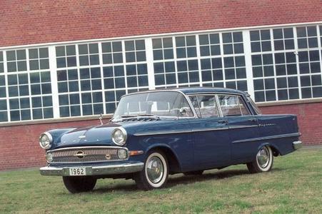 Opel Kapitän, Baujahr 1962: Panorama-Windschutzscheibe und schräg gestellte Panorama-Heckscheibe bieten eine hervorragende Rundumsicht