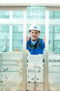 Prüfung eines Aufzugs: Prüfung der Schachtschiebetüren