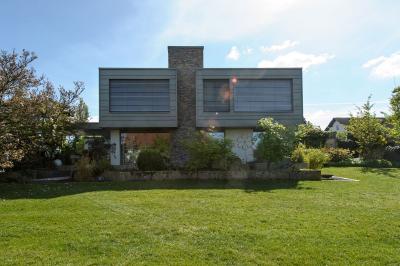 Architektur im Stil der Zeit: Die Aufstockung schließt nach oben mit einem modernen Flachdach ab. Architektonische Anklänge an den Bauhausstil sind unverkennbar. Bild: Elli Bezensek für BAUART THIELE, Bad Lippspringe; www.bauart-thiele.de