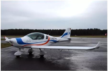 """Das Forschungs- und Schulungsflugzeug der TH Wildau vom Typ """"Peregine"""" wurde auf den Namen """"Julia"""" getauft"""