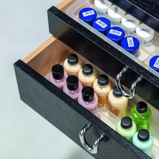 Sortiereinsatz mit verschiedenen Beauty und Wellnesartikeln in einer Schublade, die so schön und ordentlich aufbewahrt werden können.