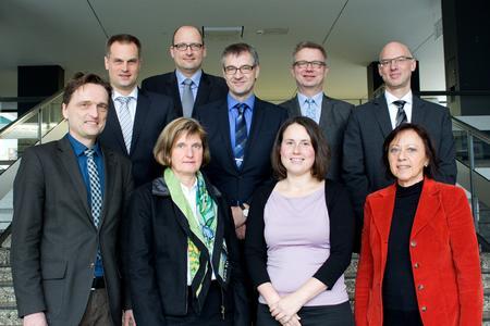 Hochschulpräsident Prof. Dr. Andreas Bertram (links) begrüßte gemeinsam mit den Vizepräsidenten Prof. Dr. Alexander Schmehmann (2. Reihe 1.v.l.), Prof. Dr. Bernd Lehmann (2. Reihe 2.v.r.) und Prof. Dr. Marie-Luise Rehn (1.Reihe 1.v.r.) die neuen Lehrenden Dr.-Ing. Elke Schweers (1. Reihe 2.v.l), Dr. Svea Petersen (1. Reihe 3.v.l), Dr.-Ing. Andreas Heimbrock (2. Reihe 2.v.l.), Dr.-Ing. Markus Eck (2. Reihe 3 v.l.) und Dr. Ing. Siegmar Lampe (2. Reihe 1.v.r.)