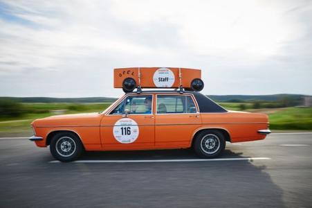 Hingucker bei der diesjährigen Creme 21: Opel Diplomat B mit 2,8-Liter-Sechszylinder in Orange mit passender Seifenkiste auf schwarzem Vinyldach