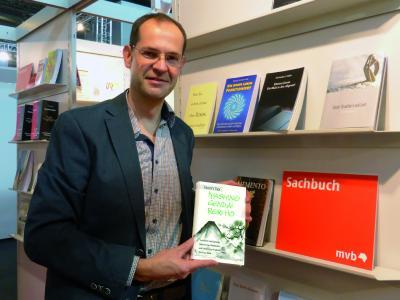 """Oliver Drewes auf der Frankfurter Buchmesse 2017, wo der neue Holistika-Titel """"Iyashino Gendai Reiki Hō"""" ausgestellt wurde."""