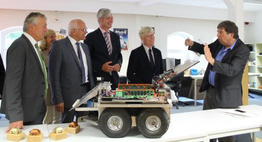 Prof. Dr. Arno Ruckelshausen (rechts) führte die zahlreichen Gäste während der Veranstaltung auch durch die Laborräume auf dem Campus Westerberg