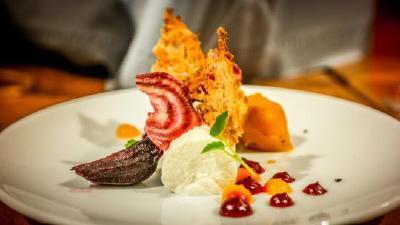 Amuse-Bouche zum Gourmetabend: Ziegenfrischkäse mit gelber und roter Bete  / Foto: Sandra Lehmann