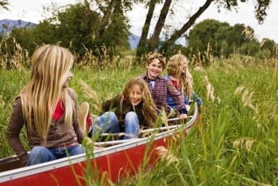 Gemeinsam Spaß in der Natur haben – bei den Herbstferiencamps der Jugendherbergen MV / Quelle: IStock Darrin Klimek