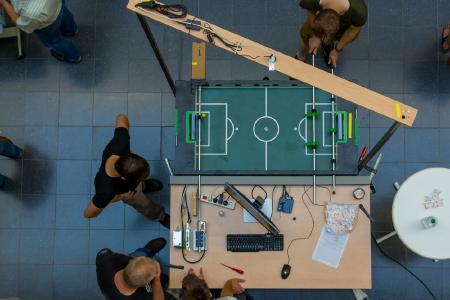 Als Publikumsmagnet erwies sich der mit Kamera, Motor und Sensoren aufgerüstete Kicker: Sein automatisierter Torhüter konnte nur mit Tricks bezwungen werden (Foto: Hochschule Osnabrück / Jan Rüter)