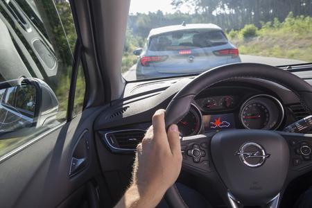 Frontkollisionswarner: Wird der zuvor vom Fahrer definierte Sicherheitsabstand auf den vorausfahrenden Verkehrsteilnehmer unterschritten, ertönt ein Alarmsignal begleitet von einem Warnsymbol in der Instrumentenanzeige