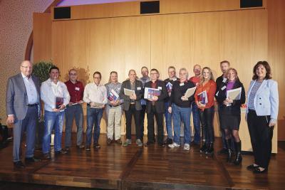WeberHaus ehrte bei einer großen Feier am vergangenen Freitag seine langjährigen Mitarbeiterinnen und Mitarbeiter. Auf dem Bild zu sehen, sind die Mitarbeiter mit 25-jährigem Jubiläum