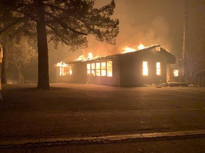 Sowohl das Hauptgebäude der Foothills Adventist Grundschule (hier im Bild), das Wohlfahrtszentrum der Haven Kirchengemeinde der Adventisten und viele angrenzende Wohnhäuser und Geschäfte sind durch die Flammen vernichtet worden
