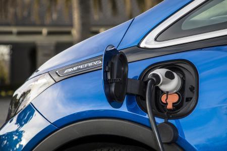 520 Kilometer (gemäß NEFZ) bis zum ersten Ladestopp: Erst dann benötigt das wegweisende Elektroauto Opel Ampera-e Energienachschub für die weitere Strecke