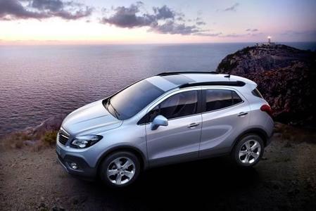 Die Sichel, die in der Seitenlinie aufwärts schwingt, ist ein typisches Merkmal der Opel-Designsprache und verleiht auch dem Mokka einen besonderen Charakter