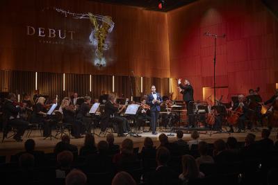 : Das Philharmonische Orchester Würzburg unter der Leitung von Generalmusikdirektor Enrico Calesso erzeugte auch mit nur 36 Musikern für ein sicheres Fundament für die Sängerinnen und Sänger  / Bild: ©DEBUT Concerts GmbH/ Fotograf Ludwig Olah):