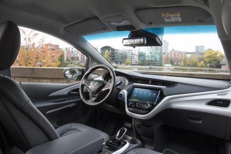 Entspannt fahren: Im klar gestalteten und intuitiv bedienbaren Cockpit samt großem Touchscreen hat der Opel Ampera-e-Fahrer alle wichtigen Funktionen im Blick