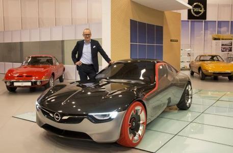 Vergangenheit trifft Zukunft: Opel-Chef Dr. Karl-Thomas Neumann besuchte heute die Techno Classica in Essen, wo sich auf dem Opel-Stand alles um den GT dreht