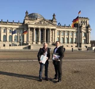Dr. med. Karl-Christian Münter und Björn Jäger mit den gesammelten Unterschriften vor der Übergabe am Reichstag in Berlin (Foto: ICW e. V.)