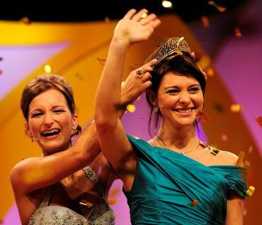 Evelyn Schmidt (links) krönt ihre Nachfolgerin, die 60. Deutsche Weinkönigin Marlies Dumbsky aus Franken