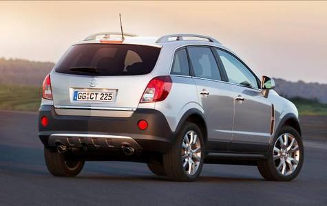 Ein sportiver Offroader-Auftritt mit urbanem Schick, hoher Funktionalität und Alltagstauglichkeit sowie einem neuen effizienteren Motorenprogramm – so präsentiert sich der Opel Antara nach einer umfassenden Modellpflege. Modifizierte Rückleuchten sowie optional verfügbare großformatige 19-Z-Leichtmetallräder runden den robustdynamischen Auftritt ab