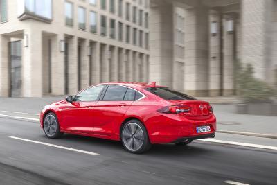 So macht Autofahren Spaß: Der Opel Insignia Grand Sport besticht als elegante Limousine im Coupé-Look und schont mit den niedrigsten Gesamtbetriebskosten seiner Klasse das Portemonnaie