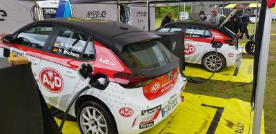 AvD Opel Corsa-e Rally im Servicepark (Heckansicht)