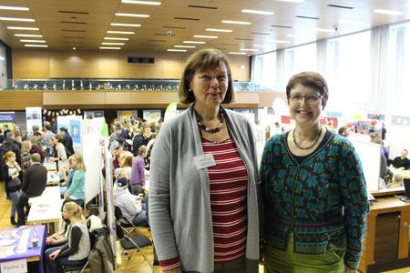 Geschäftsstellenleiterin Agnes Rethschulte (links), und Dozentin Gerda Wesseln-Borgelt haben gemeinsam mit Studierenden des des Studiengangs Soziale Arbeit den Praxismarkt organisiert