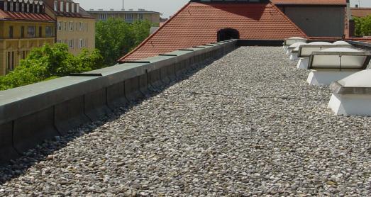 Ohne Notentwässerung in der umlaufenden Attika können bei einem Starkregen binnen weniger Minuten mehrere Tonnen Wasser die Statik dieses Flachdachs an ihre Gren-zen bringen.