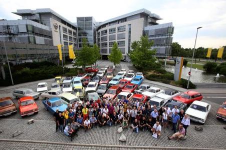 Großer Bahnhof: Am Adam Opel Haus in Rüsselsheim starteten 49 Kadett B und jeweils ein Kadett der Generationen A, C, D, E sowie ein nigelnagelneuer Opel Astra K.