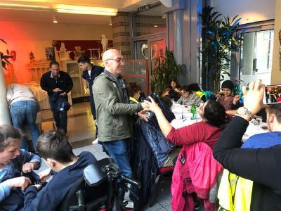 Marco Rincker (Delta) verteilt Geschenke an Bewohner des Hauses Odenwald