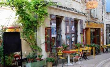 Literaturfans folgen den Spuren von Zola, Camus, Frédéric Mistral und Co. und genießen einen Café au lait im typisch französischen Bistro in St. Rémy-de-Provence