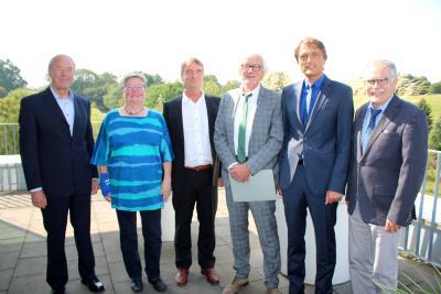 Verabschiedung in den Ruhestand: Hochschulpräsident Andreas Bertram (2. v. re) mit den nun ehemaligen Kolleginnen und Kollegen