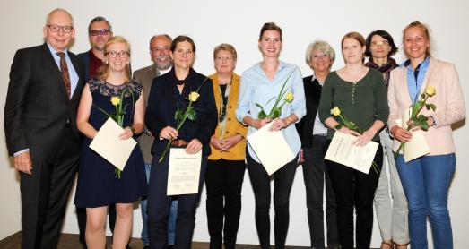 Nachhaltig erfolgreich: Die Preisträgerinnen freuen sich mit ihren Betreuerinnen und Betreuern sowie den beiden Juroren, Prof. Dr. Burkhard Huch (1. von links) und Prof. Dr. Dorothee Straka (2. von rechts) über die Auszeichnung / Foto: Hochschule Osnabrück